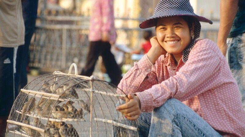 Vogelverkäuferin vor dem Königspalast in Phnom Penh © Diamir