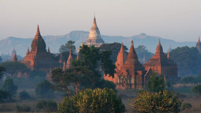 Historische Königsstadt Bagan mit über zweitausend erhaltenen Ziegelgebäuden © Diamir