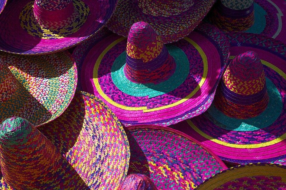 Typische Hüte in bunten Farben